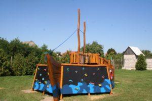 Drevená preliezačka pre deti Loďka