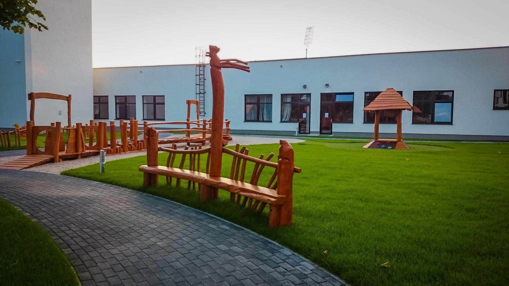 Drevená lavička -mobiliár