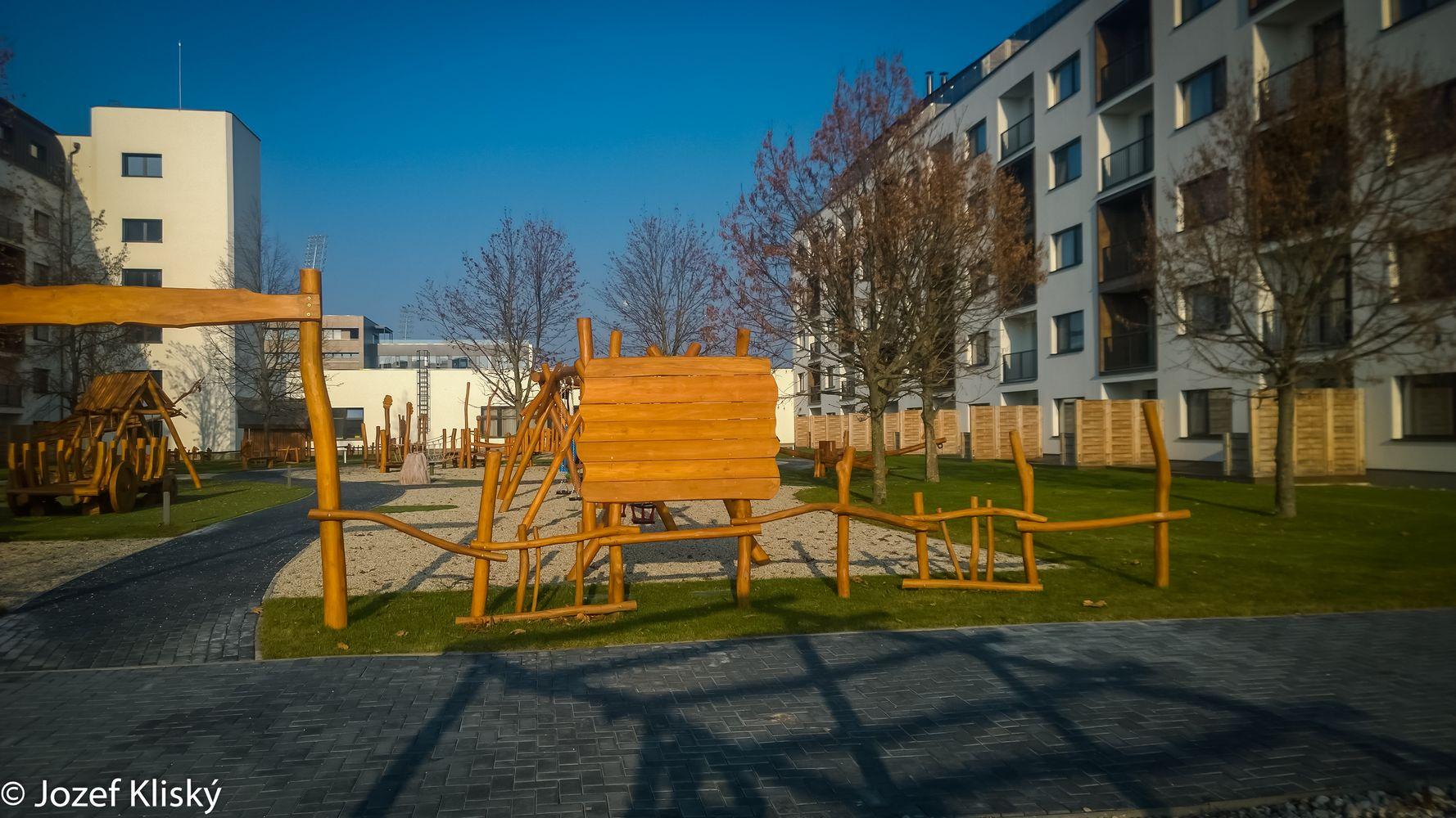 Drevená tabuľa a ohrada - mobilár