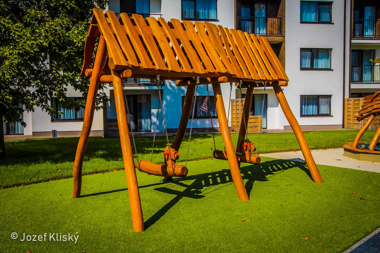 Hracie prvky na detské ihrisko - Závesné reťazové hojdačky - baranidlá pod strieškou Kone