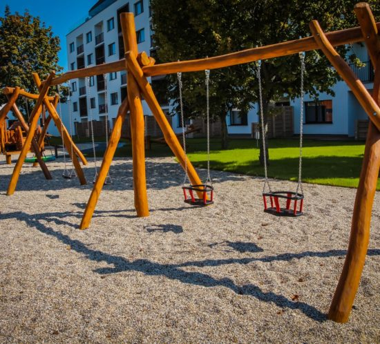 Hracie prvky na detské ihrisko - Reťazové hojdačky so stredovým stĺpom - s obyčajnými a baby sedákmi