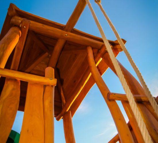 Vysoká veža so šmykľavkou