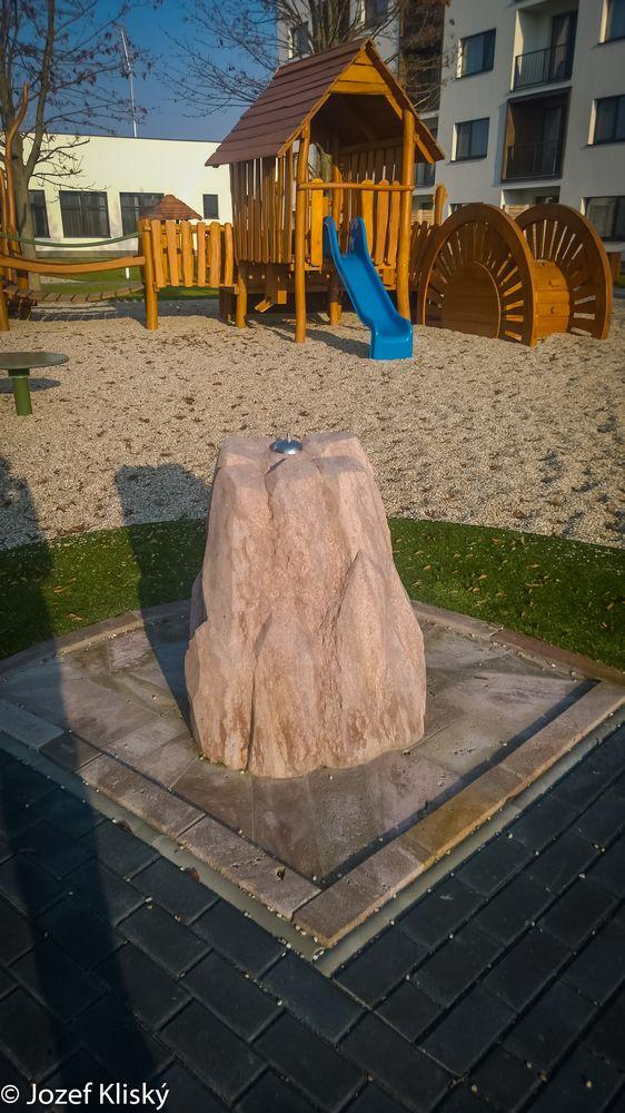 Pitná fontánka z ryolitu