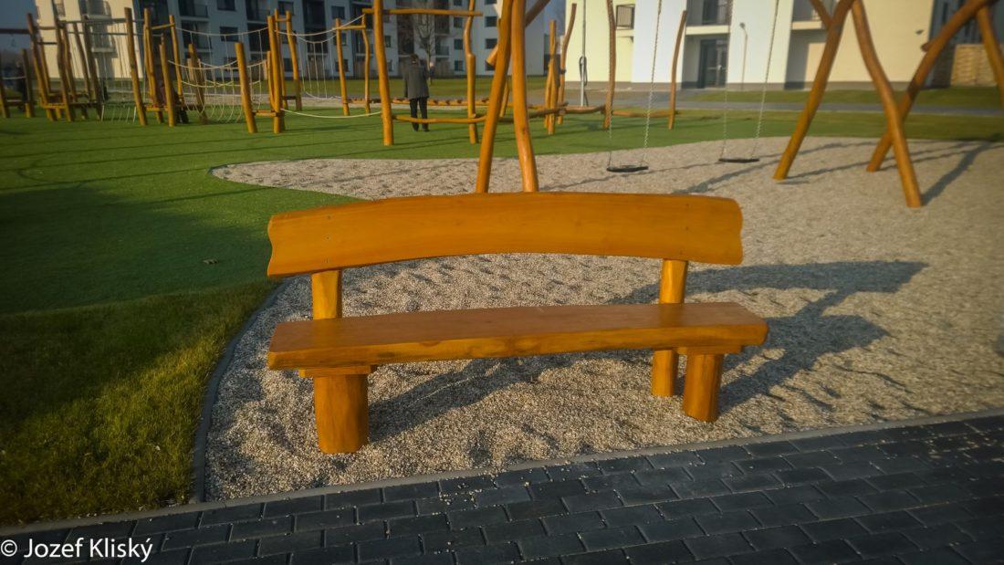 Drevená lavička s opierkou - mobiliár