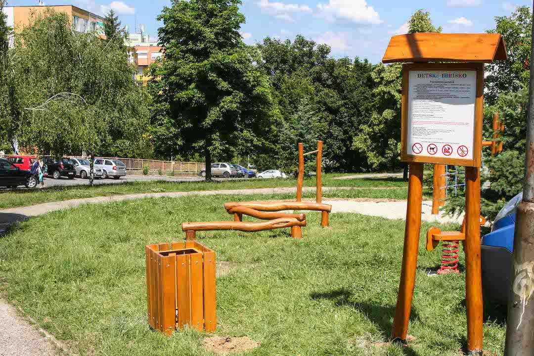 Informačná tabuľa a smetiak, Nitra