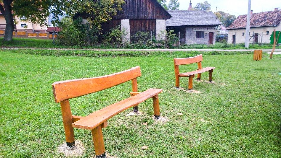 Drevené lavičky s opierkou - Mobiliár