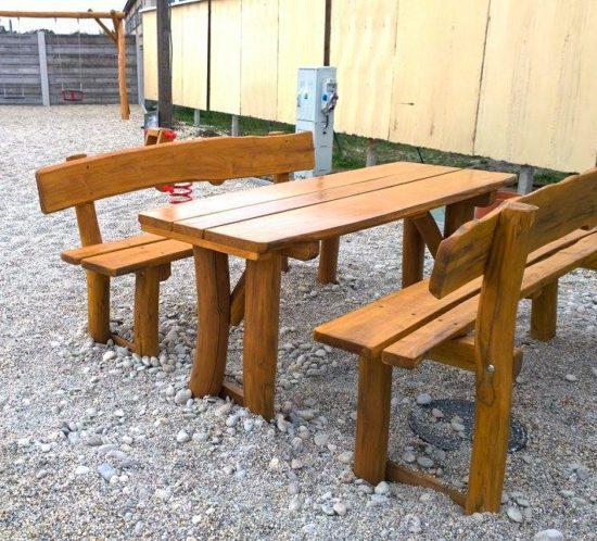 Drevený stôl s lavicami - mobiliár