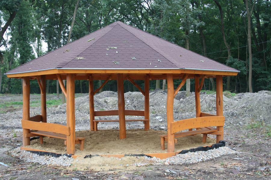 Altánok so šindľovou strechou a sedením - Mobiliár, Veľký Meder