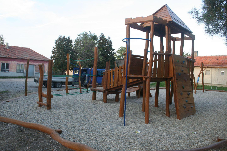 Drevená veža s tyčou na šplhanie - detské ihrisko v Bešeňove