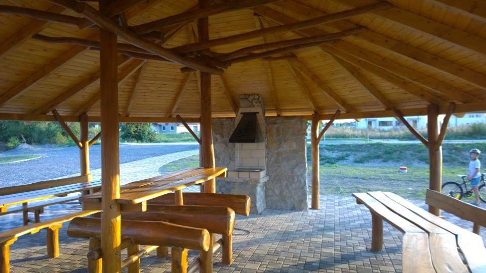 Altánok s klasickou šindľovou strechou, grilom a sedením - Chorvátsky Grob