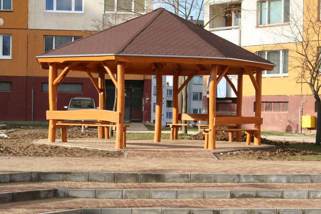 Detské ihrisko, Považská Bystrica, Altánok so šindľovou strechou a sedením - Považská Bystrica