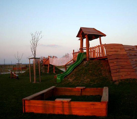 Detské ihrisko na kopcoch s lezeckými stenami a lanovým mostom