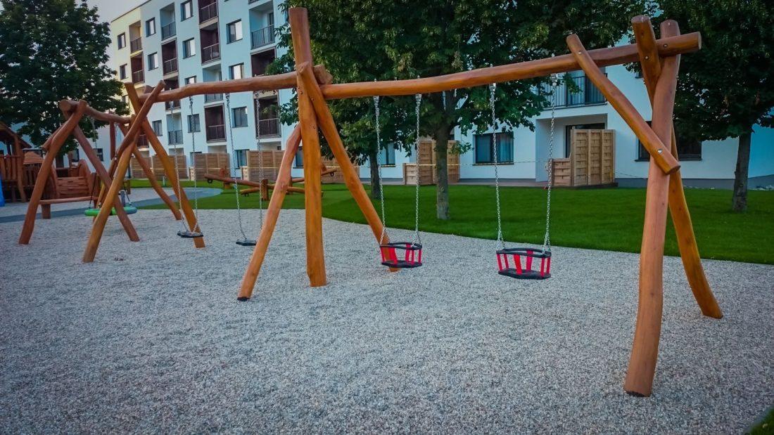 Reťazové hojdačky so stredovým stĺpom - s obyčajnými a baby sedákmi - Hracie prvky na detské ihrisko
