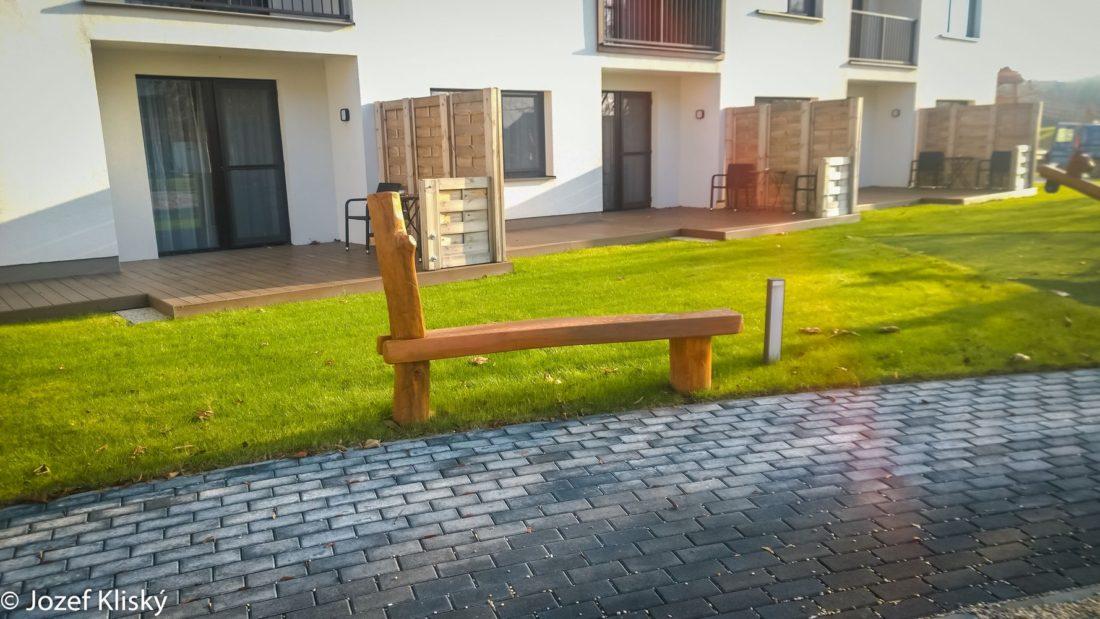 Drevená lavička - mobiliár