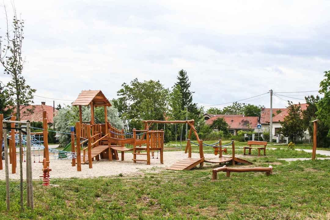 Veža so šmykľavkou, lezeckou stenou a mostíkmi, lanové prvky, lanový mostík, koníky na pružine, Nitra