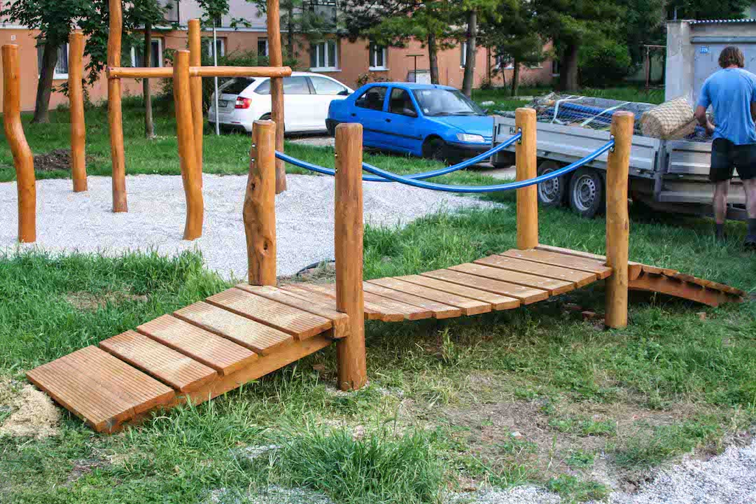 Balančný drevený mostík