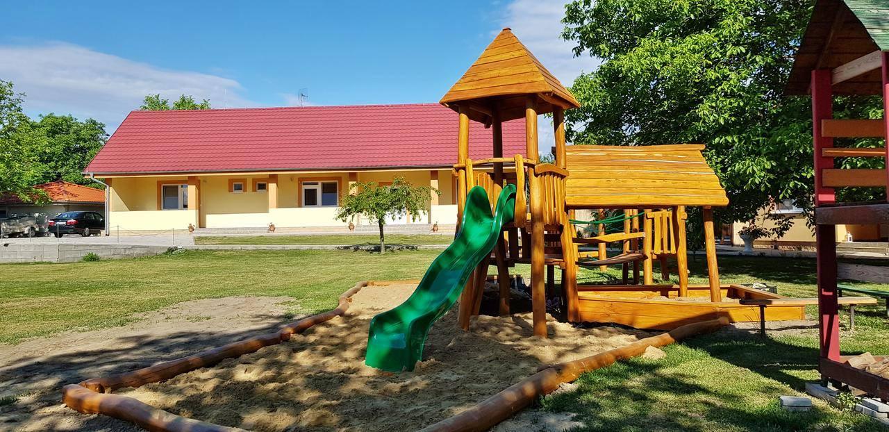 Drevené detské ihrisko pri penzióne