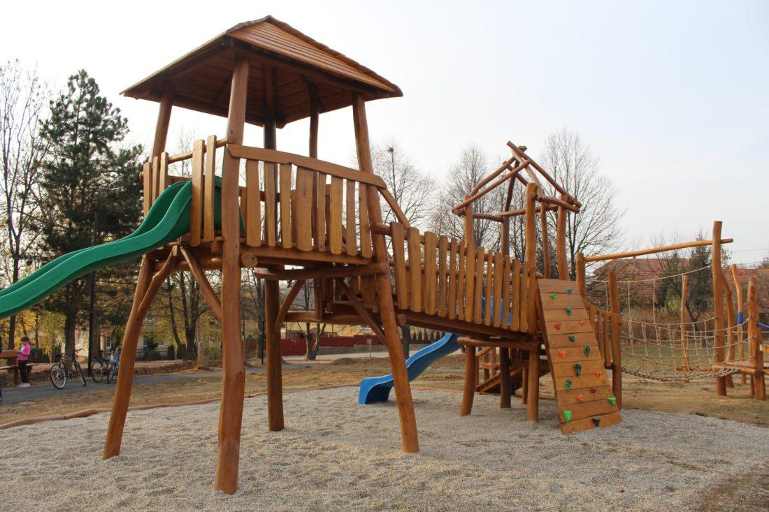Detské ihrisko z agátového dreva - zostava Dve veže v parku vo Veľkých Lovciach.