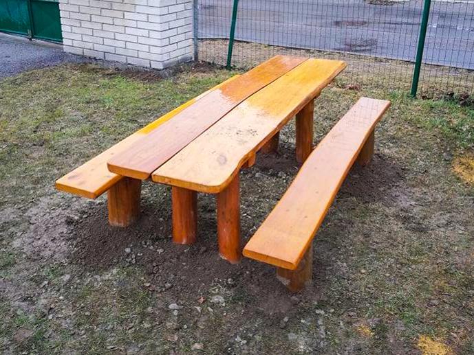 Stôl s lavičkami
